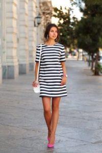 vestido-recto-en-blanco-y-azul-marino-zapatos-de-tacon-rosa-bolso-bandolera-blanco-large-17932[1]